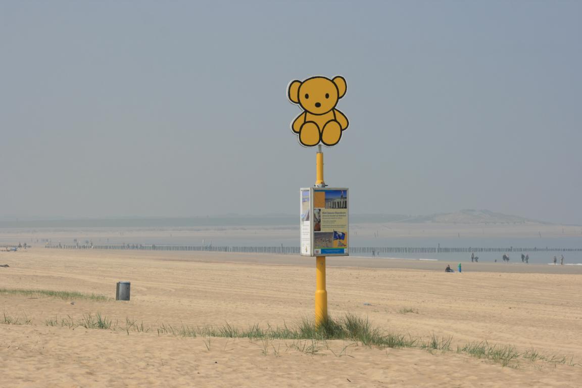 Signalpfähle am Strand von Cadzand-Bad
